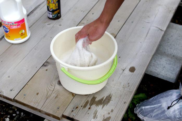 タオルに洗浄液をつける