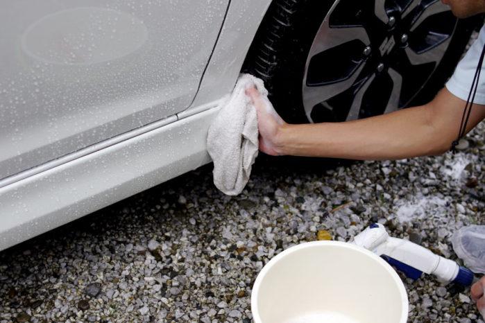 タイヤハウスを洗う