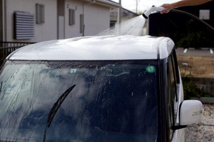 車体上部から水をかける