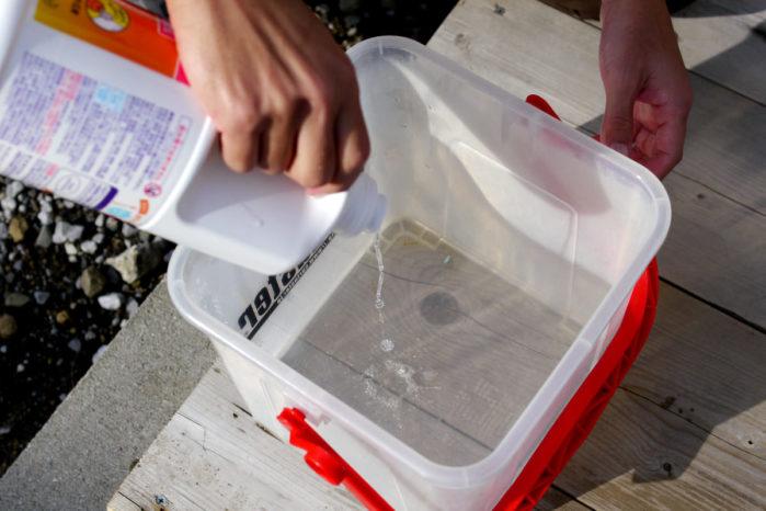キレイなバケツに洗剤を入れる
