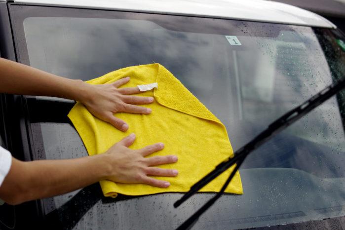 タオルを大きく広げて拭き上げる