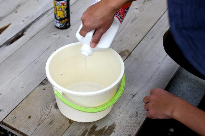 台所用の中性洗剤をバケツに入れる
